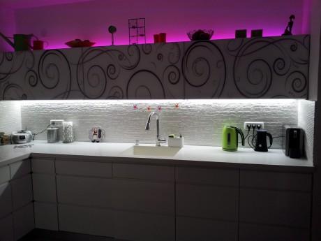 תאורת לד למטבח צבע אור לבן קר + תאורת לד RGB רב צבעים